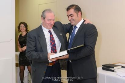 Entrega de placa a Enrique Oviedo, Presidente de la Federación Provincial de Comercio de Granada, por la colaboración prestada al colectivo de fotógrafos profesionales de Granada a través del incondicional apoyo a las actividades de AGRAFI.
