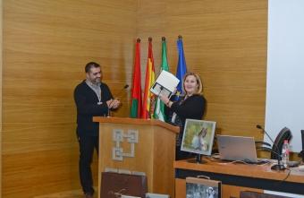 El Presidente de Agrafi entrega una placa de agradecimiento a la ponente Maru Serra