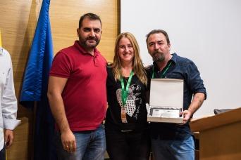 José Luís Pozo entrega placa a Onírica, ponente de Fotografía