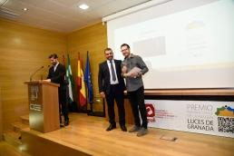 José Luís Pozo entrega Premio Fotografía de Comunión a Javier Avis