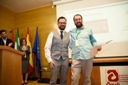 Juan José Ibáñez -Excmo. Ayuntamiento de Granada. entrega el Premio de Video a Tomás Cristobal
