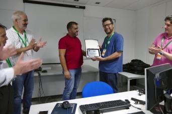 José Luís Pozo entrega placa homenaje a Carlos Rodríguez, ponente de Vídeo