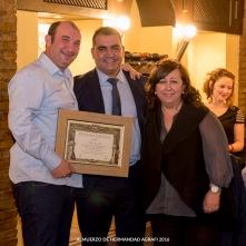 El Presidente hace entrega del Diploma Especial a los socios Antuana López y Julio Catalán