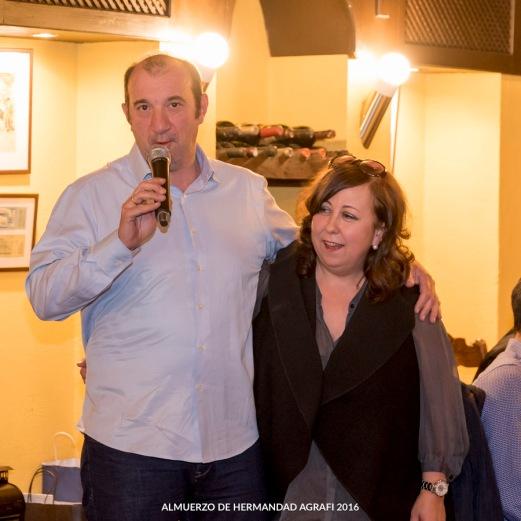 Los socios Antuana López y Julio Catalán dicen unas palabras de agradecimiento