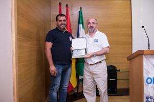Entrega de la placa homenaje al ponente Vicente Nadal por parte del Presidente de Agrafi José Luís Pozo Abril
