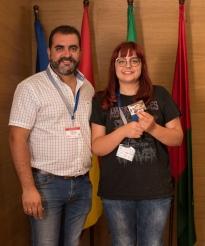 El Presidente entrega obsequio de Servitec a una de las ganadoras del sorteo