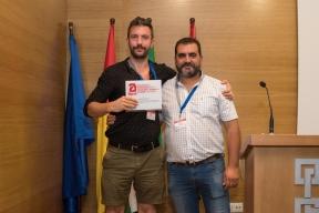 El Presidente entrega al ponente Ramón Redondo una placa de agradecimiento