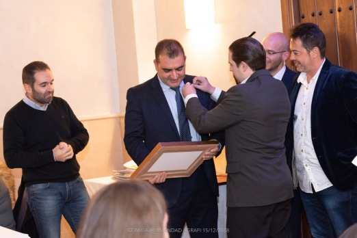 Entrega del Pin distintivo a José Luís Pozo por el nuevo Presidente de Agrafi, Diego Paredes Jaldo